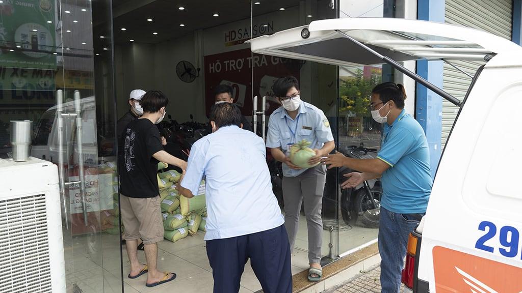 Đội ngũ cứu trợ đang vận chuyển lương thực